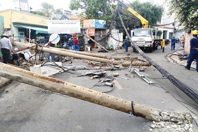 Ô tô 7 chỗ tông đổ 5 cột điện ở Thảo Điền: Nhân chứng nói gì về tài xế? - Ảnh 2