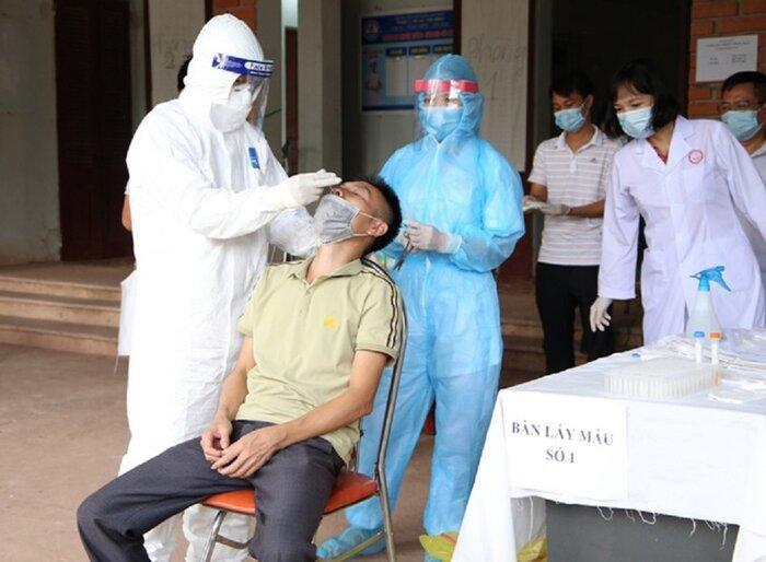 Truy vết được 142 người ở 14 tỉnh, thành phố cùng chuyến bay với ca mắc COVID-19 mới - Ảnh 1