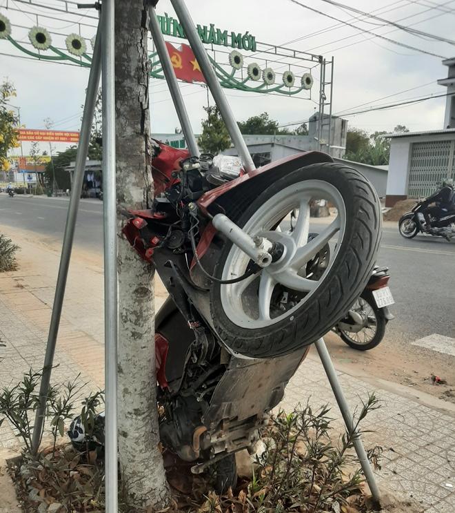 """Tin tai nạn giao thông ngày 28/3: Nữ tài xế nhập viện sau khi cho xe máy """"leo cây"""" - Ảnh 1"""
