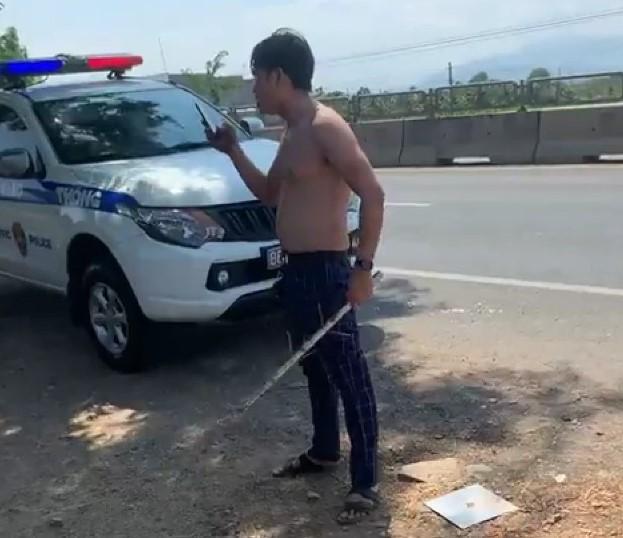 Nam tài xế lột áo, chửi bới CSGT: Người thân nói có vấn đề về thần kinh - Ảnh 2