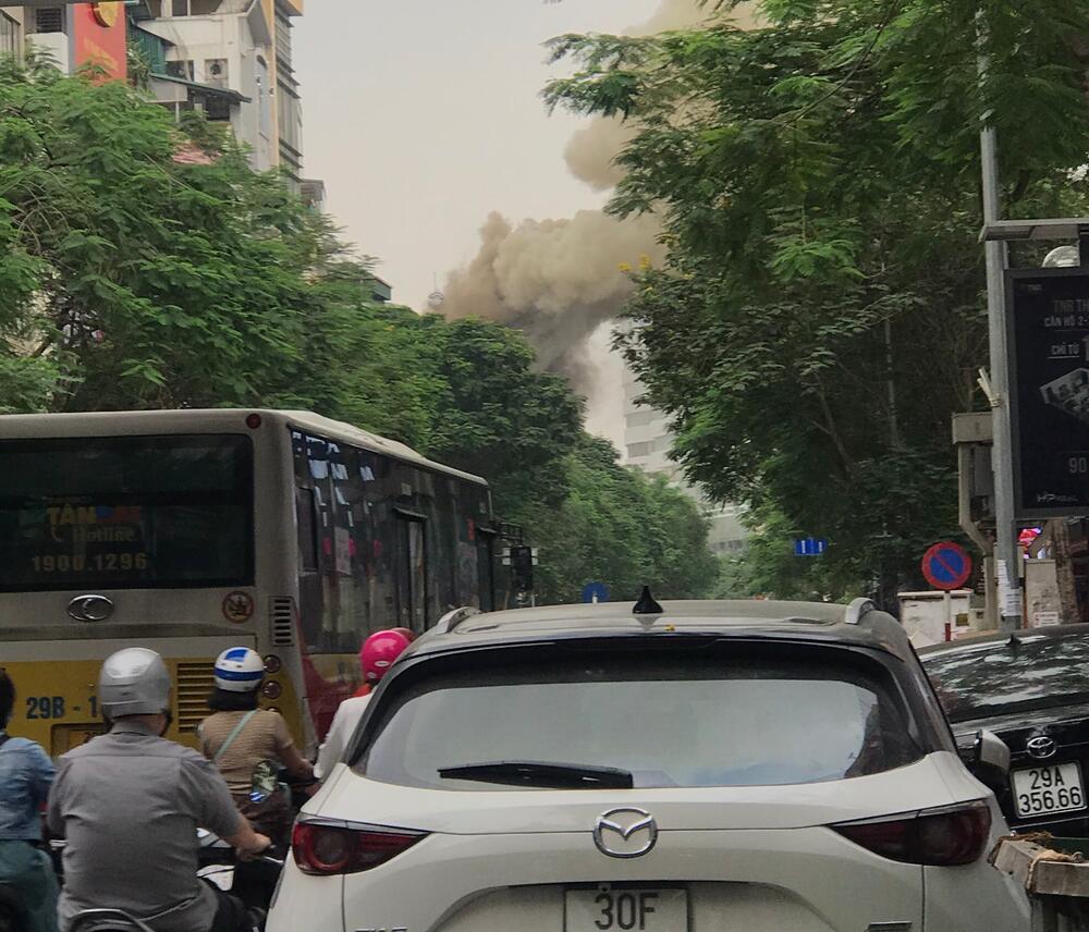 Cháy quán Nét Huế ở Hà Nội: Khói đen cao hàng chục mét, người đi đường hoảng hốt - Ảnh 5