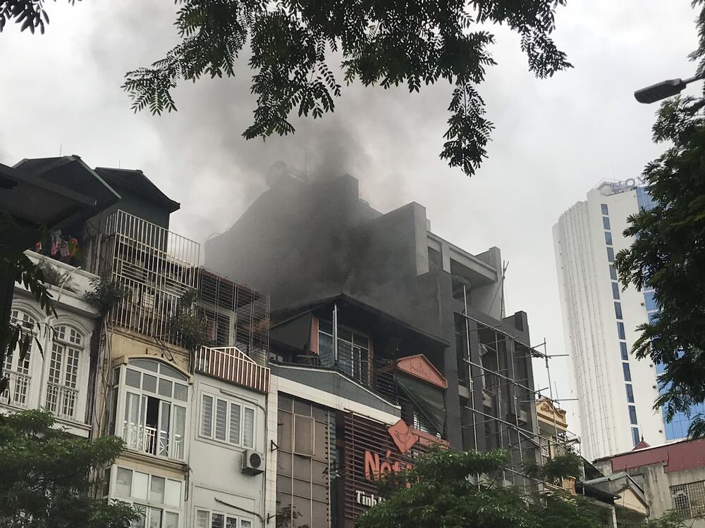 Cháy quán Nét Huế ở Hà Nội: Khói đen cao hàng chục mét, người đi đường hoảng hốt - Ảnh 2