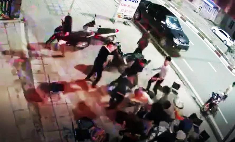 """Vụ nhóm côn đồ đánh người dã man giữa quán bia: Phúc """"Bổ"""" cùng đồng bọn sa lưới - Ảnh 2"""