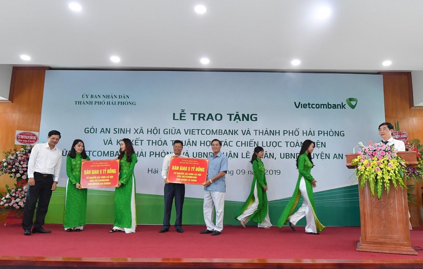 Vietcombank trao tặng gói ASXH trị giá 10 tỷ đồng cho thành phố Hải Phòng  - Ảnh 3