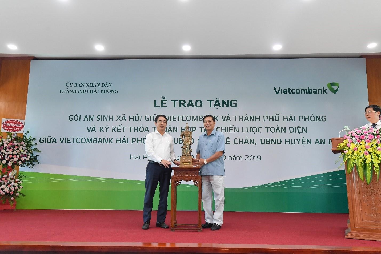 Vietcombank trao tặng gói ASXH trị giá 10 tỷ đồng cho thành phố Hải Phòng  - Ảnh 6
