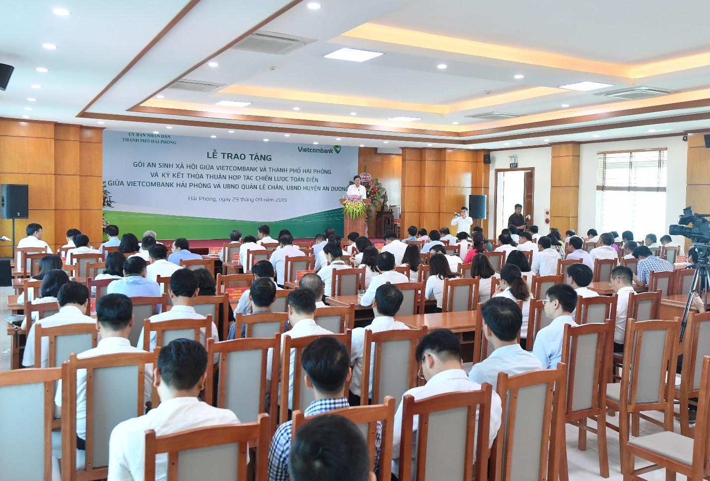 Vietcombank trao tặng gói ASXH trị giá 10 tỷ đồng cho thành phố Hải Phòng  - Ảnh 8
