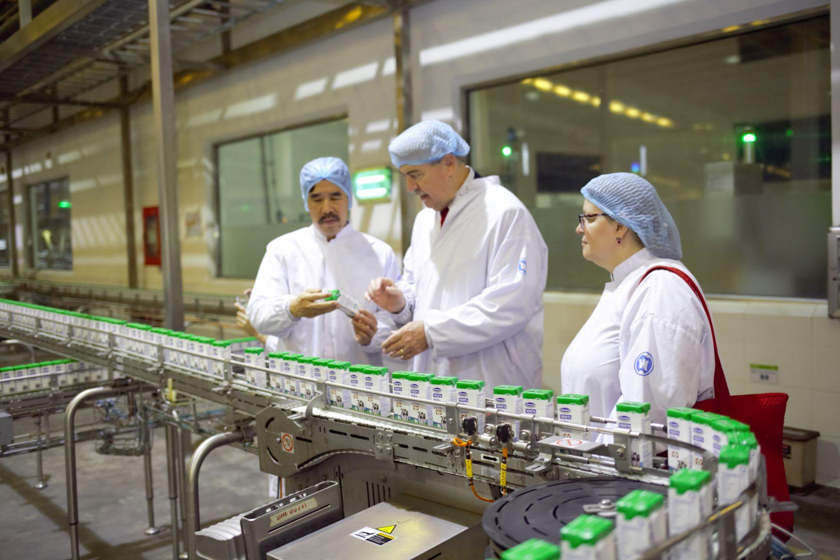"""Siêu nhà máy sữa Vinamilk """"ghi điểm"""" với đoàn công tác của Bộ Nông Nghiệp Mỹ  - Ảnh 3"""