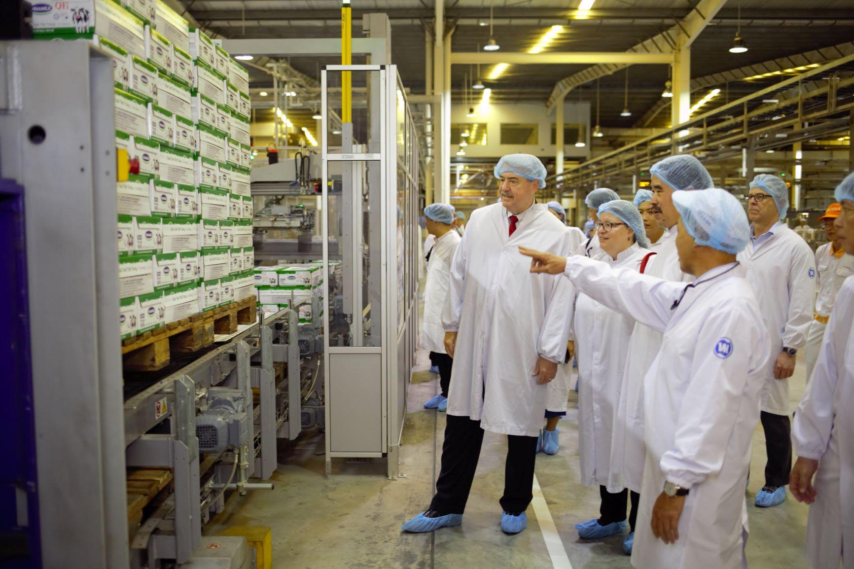 """Siêu nhà máy sữa Vinamilk """"ghi điểm"""" với đoàn công tác của Bộ Nông Nghiệp Mỹ  - Ảnh 4"""