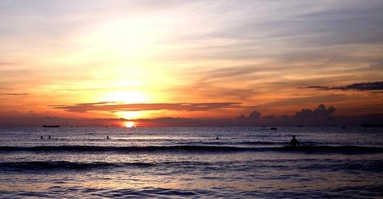 Trải nghiệm bình minh huyền ảo trên bãi biển Cửa Lò  - Ảnh 1