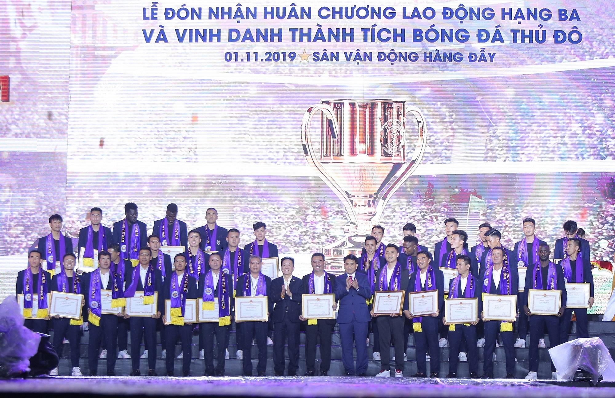Hà Nội FC dành tặng chức vô địch cho người hâm mộ, đón nhận huân chương lao động hạng Ba  - Ảnh 4