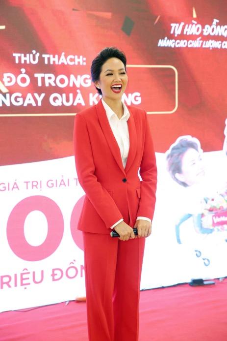 """Hoa hậu H'Hen Niê """"đọ"""" chiều cao cùng Xuân Bắc  - Ảnh 1"""