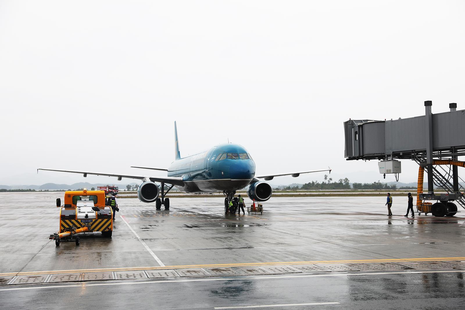 Chuyến bay đầu tiên từ Đà Nẵng cập Cảng hàng không quốc tế Vân Đồn  - Ảnh 1