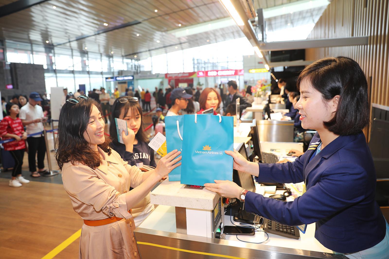 Chuyến bay đầu tiên từ Đà Nẵng cập Cảng hàng không quốc tế Vân Đồn  - Ảnh 3