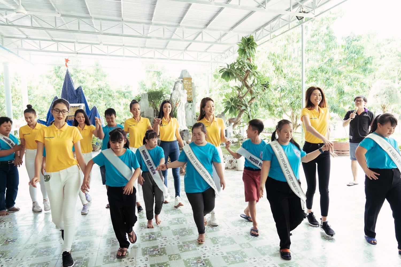 Nam A Bank đồng hành cùng Tân Hoa hậu Hoàn vũ Việt Nam 2019 trao quà cho trẻ em tại mái ấm hy vọng  - Ảnh 2