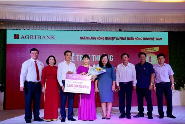 """Agribank trao sổ tiết kiệm 01 tỷ đồng cho khách hàng trúng Giải đặc biệt thứ nhất chương trình """"Gửi tiền trúng lớn cùng Agribank""""  - Ảnh 1"""