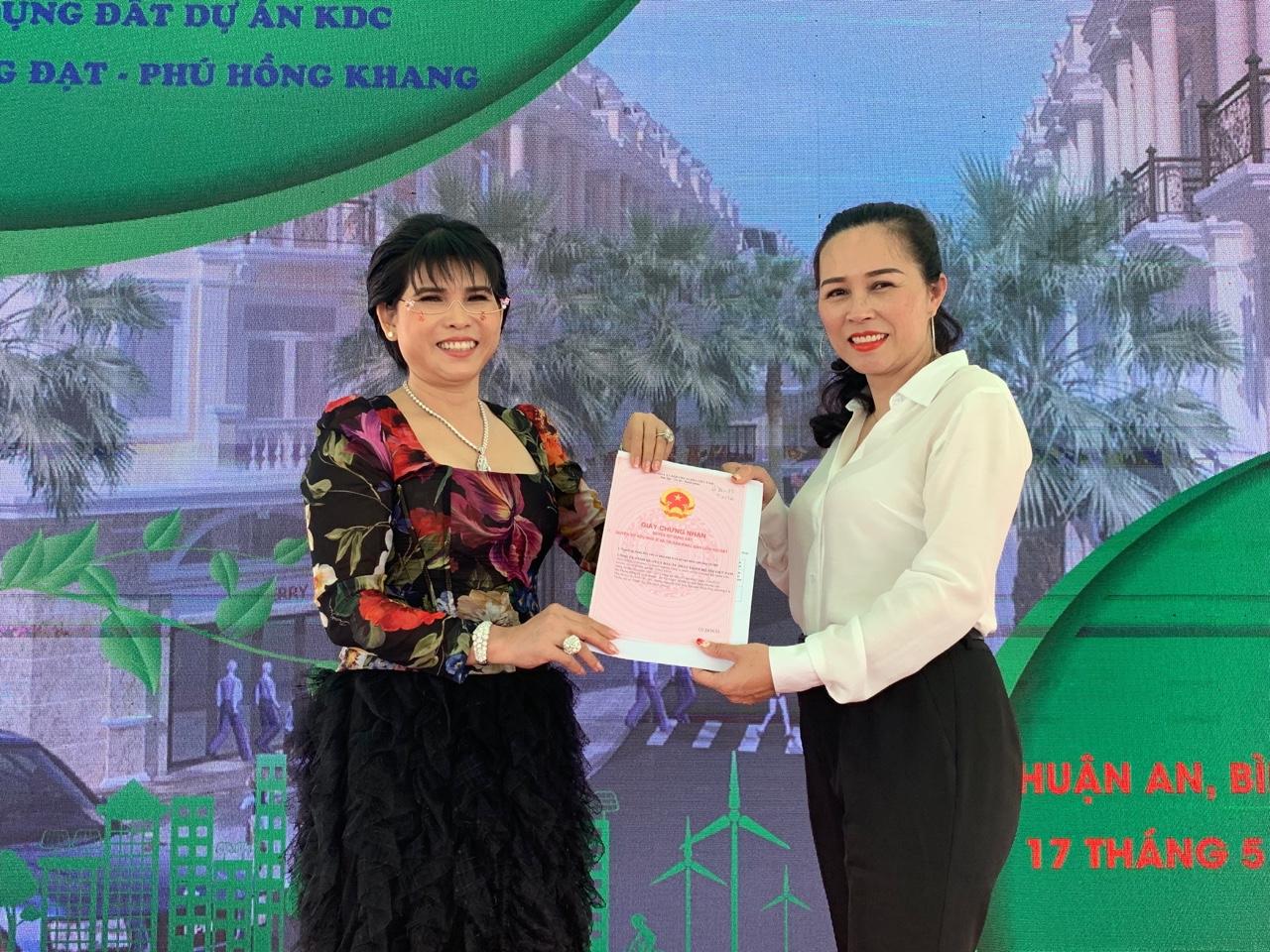 Bình Dương: Phú Hồng Thịnh tiếp tục khẳng định tên tuổi khi trao sổ hồng sớm cho khách hàng - Ảnh 2