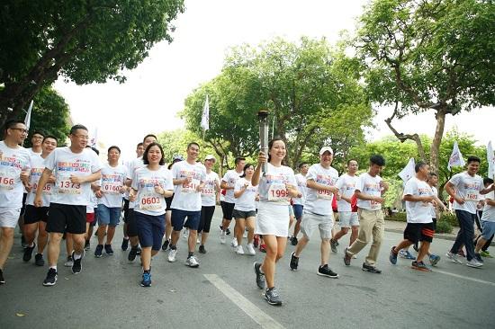 Gần 2.300 người tham gia giảy chạy cộng đồng gây quỹ học bổng cho trẻ em nghèo hiếu học tại Hà Nội - Ảnh 1