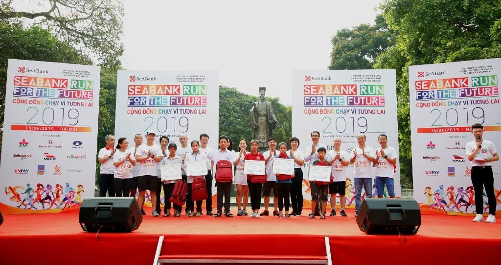 Gần 2.300 người tham gia giảy chạy cộng đồng gây quỹ học bổng cho trẻ em nghèo hiếu học tại Hà Nội - Ảnh 2
