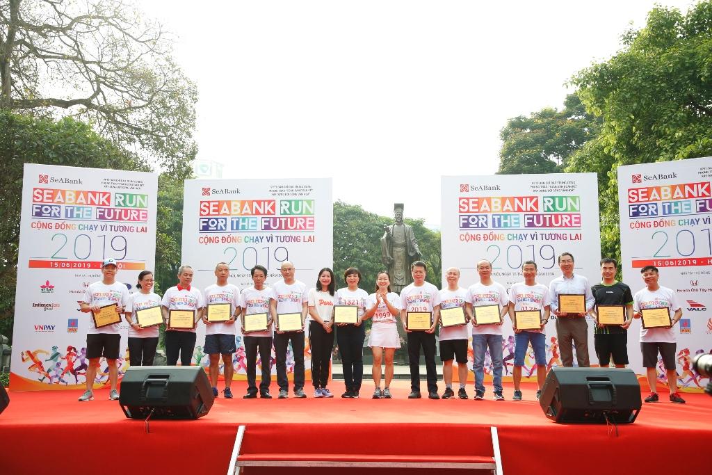 Gần 2.300 người tham gia giảy chạy cộng đồng gây quỹ học bổng cho trẻ em nghèo hiếu học tại Hà Nội - Ảnh 3
