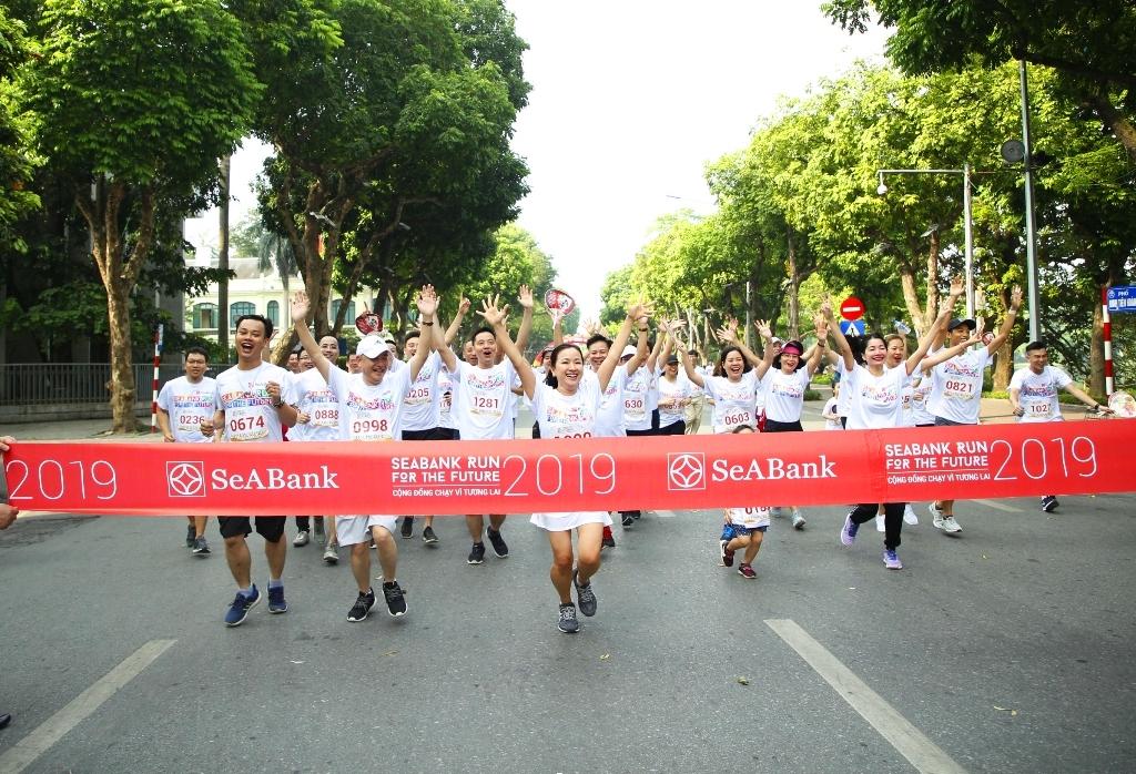 Gần 2.300 người tham gia giảy chạy cộng đồng gây quỹ học bổng cho trẻ em nghèo hiếu học tại Hà Nội - Ảnh 4