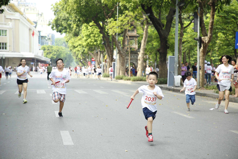 Gần 2.300 người tham gia giảy chạy cộng đồng gây quỹ học bổng cho trẻ em nghèo hiếu học tại Hà Nội - Ảnh 5