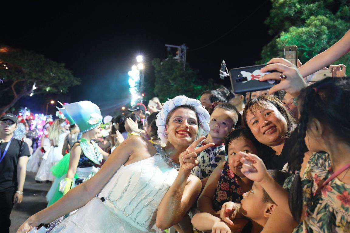 Carnival đường phố Đà Nẵng tối 23/6: đại tiệc của những vũ điệu  - Ảnh 5