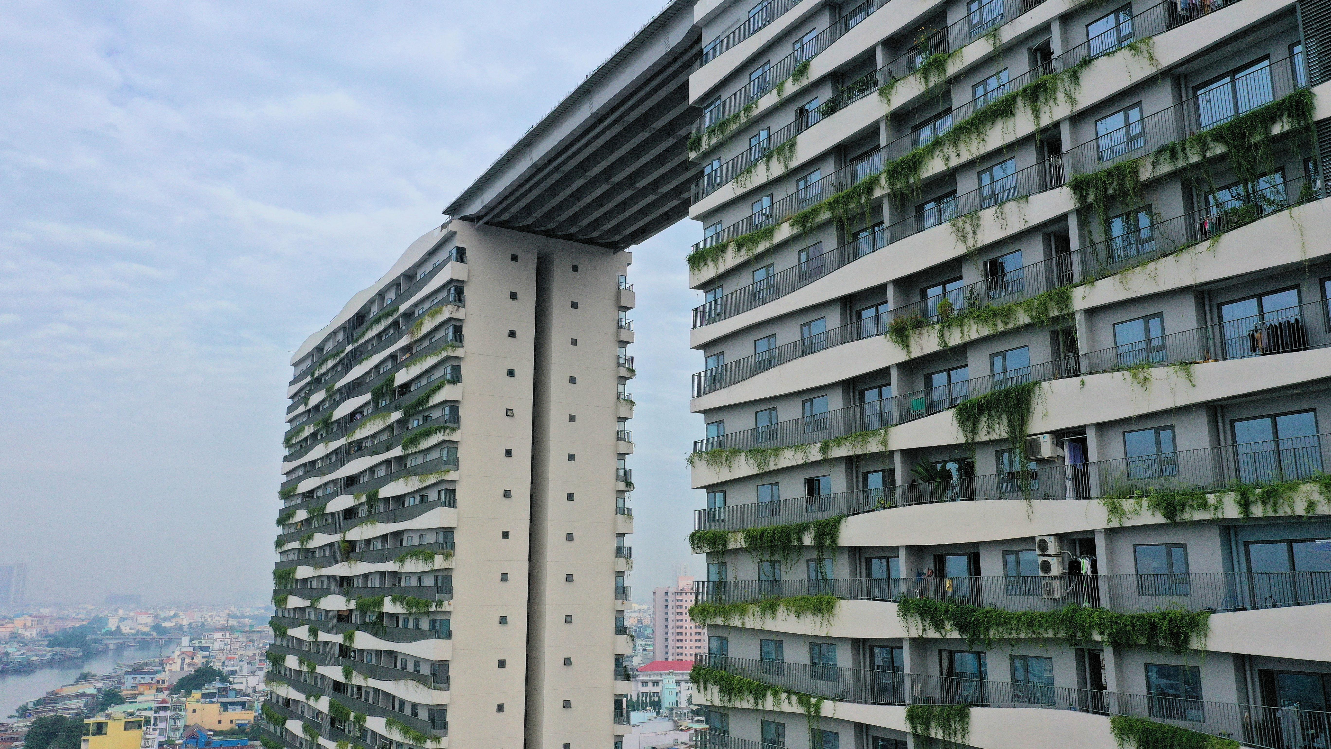 Hợp long cầu dây văng nối liền Sky Park 5.000m2 tại dự án Diamond Lotus Riverside  - Ảnh 2