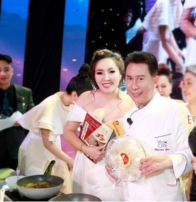"""""""Phù thuỷ ẩm thực"""" nổi tiếng thế giới Yan Can Cook dùng 100% tổ yến của thương hiệu """"Hồng Yến – Yến Bạc Liêu"""" để chế biến món ăn - Ảnh 2"""