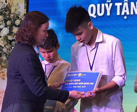 """Con trai nữ lao công bị xe """"điên"""" tông tử vong nhận 2 hợp đồng bảo hiểm của Bảo Việt Nhân thọ  - Ảnh 1"""