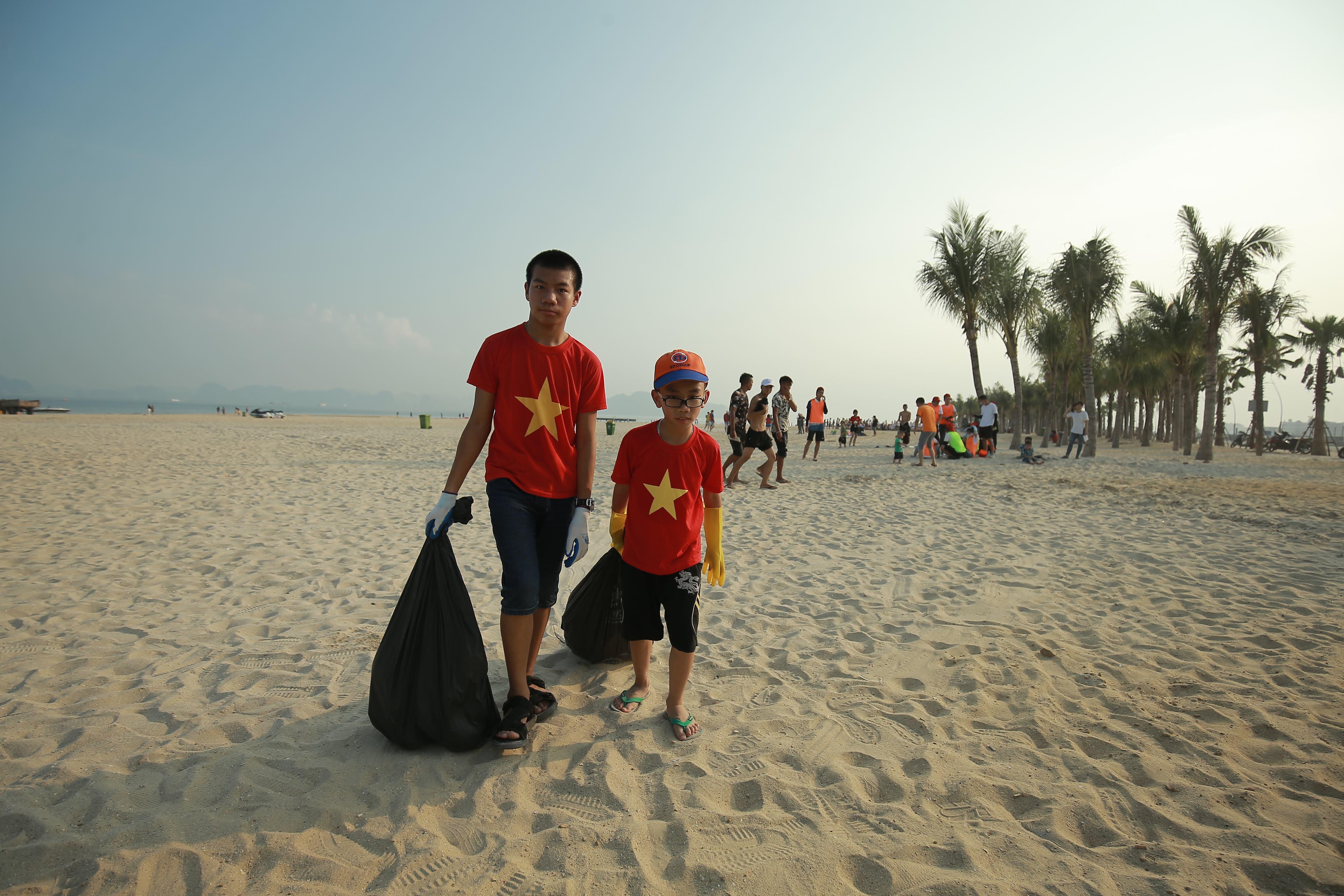 30 phút thu về hơn 300kg rác trên bãi biển Bãi Cháy  - Ảnh 7