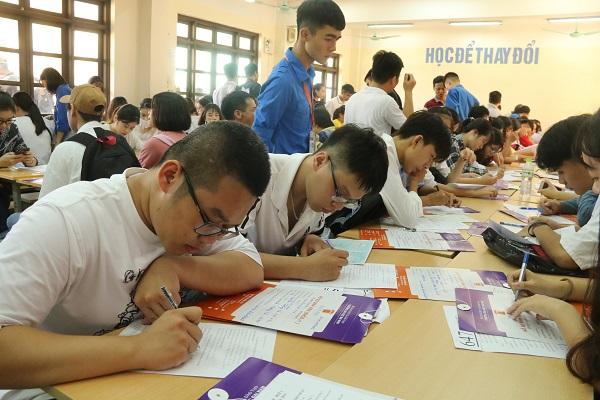 Hàng ngàn tân SV làm thủ tục nhập học đợt 1 tại Trường ĐH Đại Nam - Ảnh 3