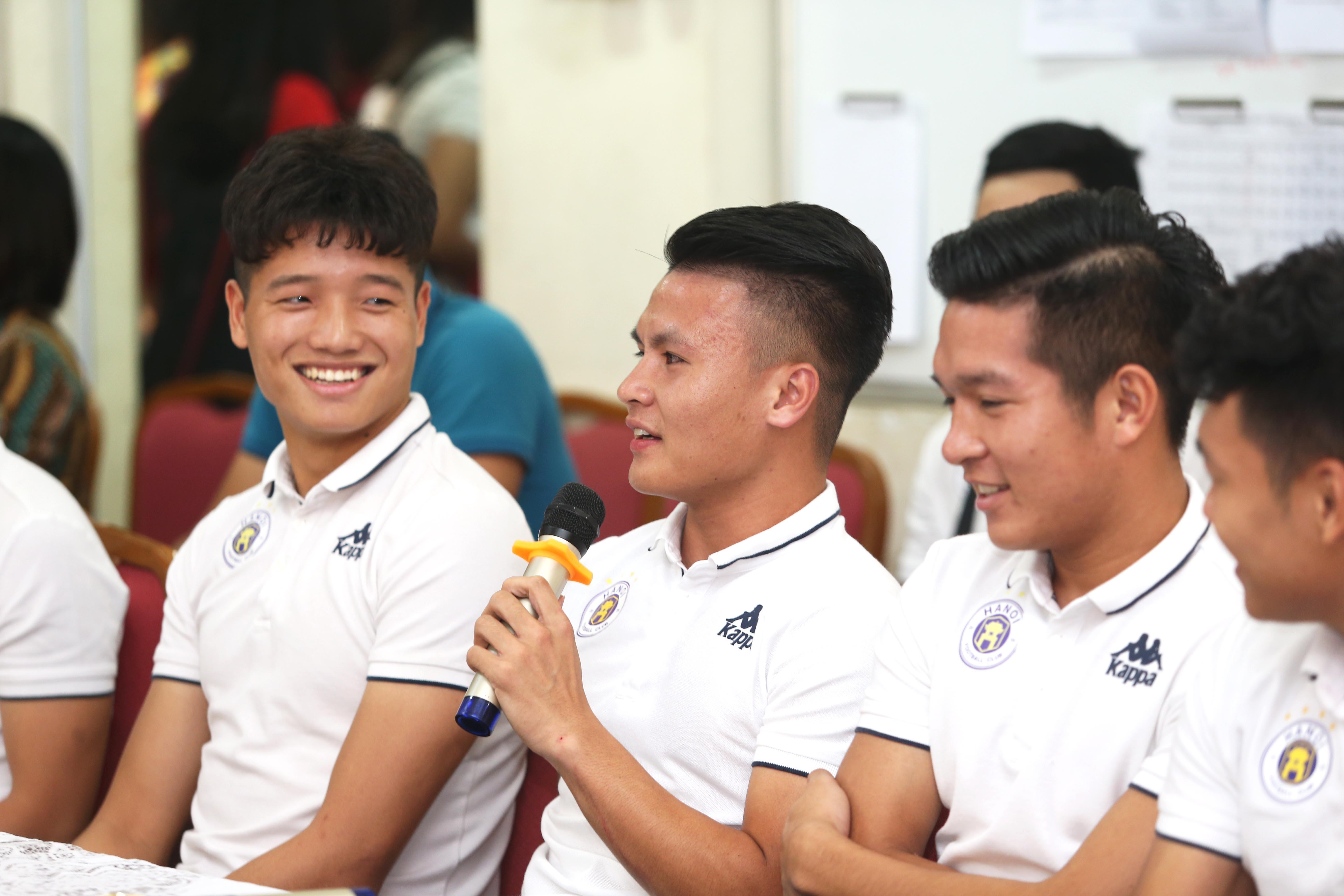 Quang Hải, Bùi Tiến Dũng đeo mặt nạ trung thu truyền cảm hứng tại Strong Vietnam - Ảnh 2