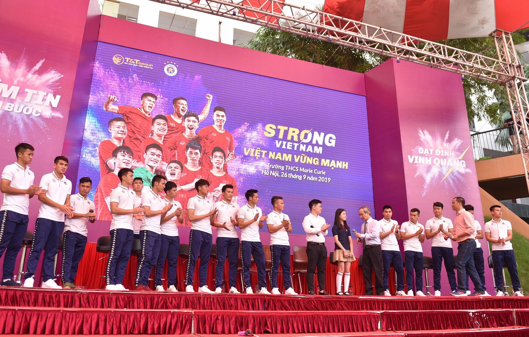 CLB bóng đá Hà Nội tổ chức sinh nhật cho Duy Mạnh ở trường THCS Marie Curie  - Ảnh 1