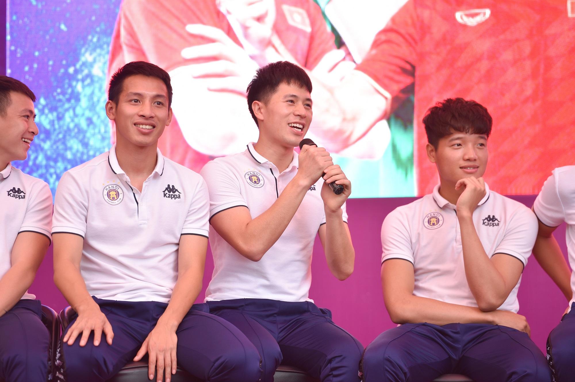 CLB bóng đá Hà Nội tổ chức sinh nhật cho Duy Mạnh ở trường THCS Marie Curie  - Ảnh 2