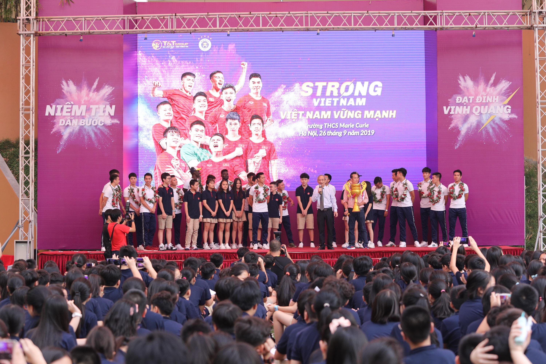 CLB bóng đá Hà Nội tổ chức sinh nhật cho Duy Mạnh ở trường THCS Marie Curie  - Ảnh 4