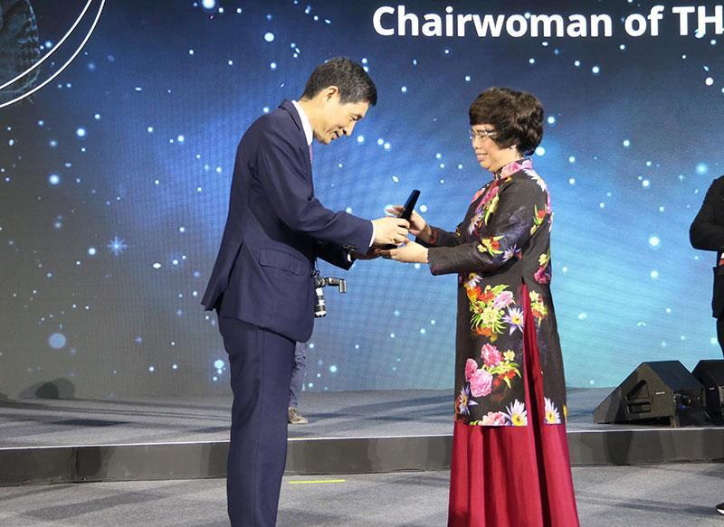Bà Thái Hương nhận giải thưởng nữ doanh nhân quyền lực Asean  - Ảnh 1