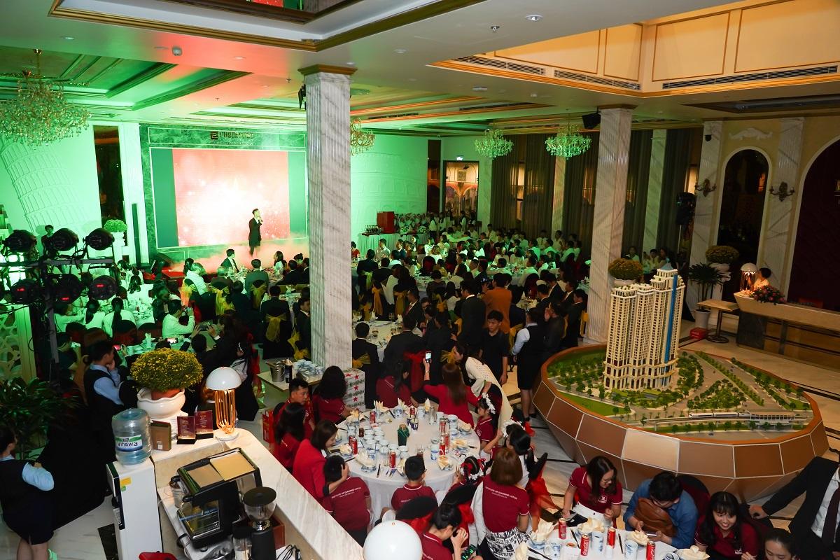 Gala chào xuân 2020: Hành trình 10 năm – Phúc Khang tặng căn hộ và sổ đỏ cho nhân viên trị giá 60 tỷ đồng - Ảnh 5