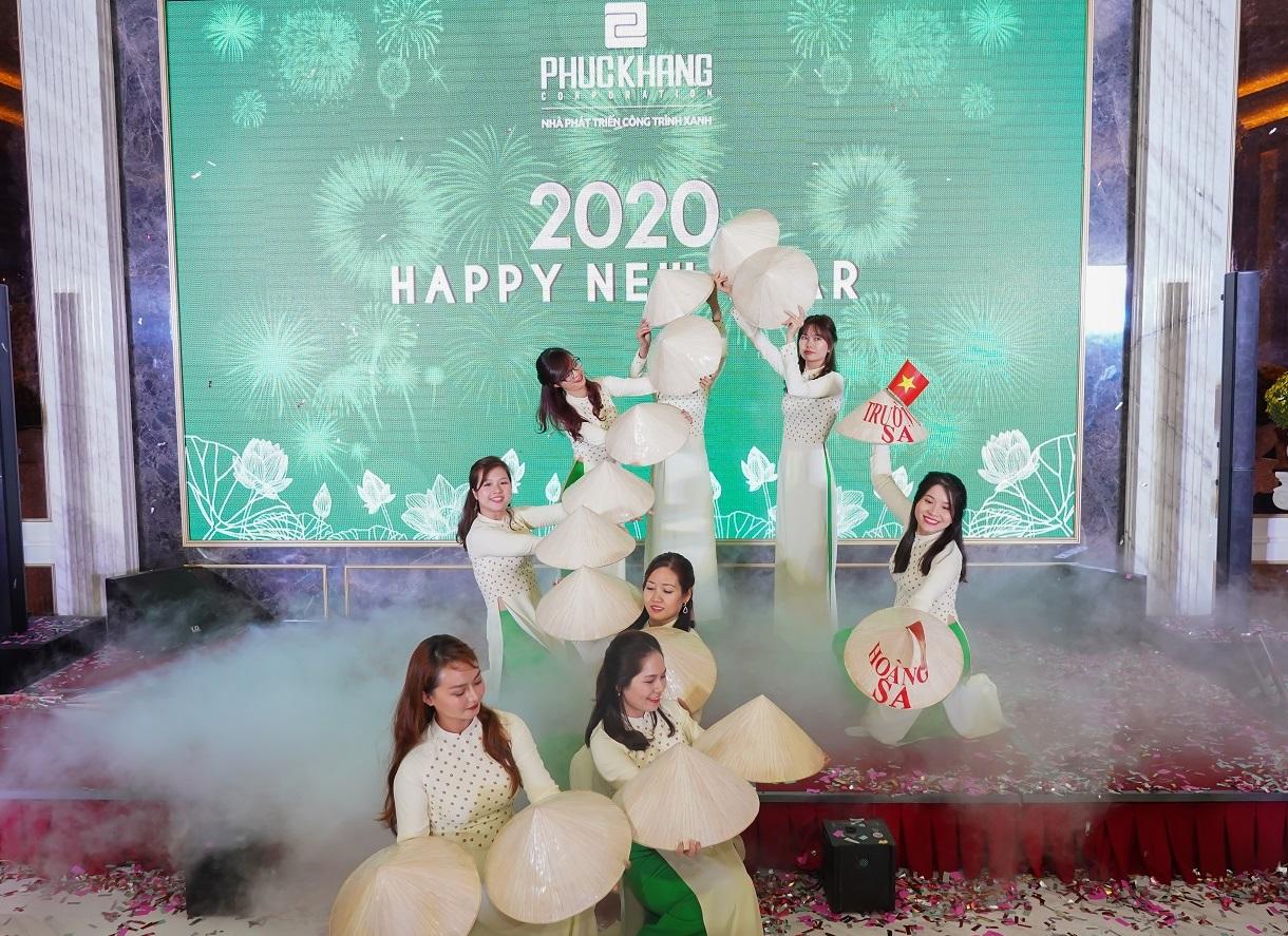 Gala chào xuân 2020: Hành trình 10 năm – Phúc Khang tặng căn hộ và sổ đỏ cho nhân viên trị giá 60 tỷ đồng - Ảnh 6
