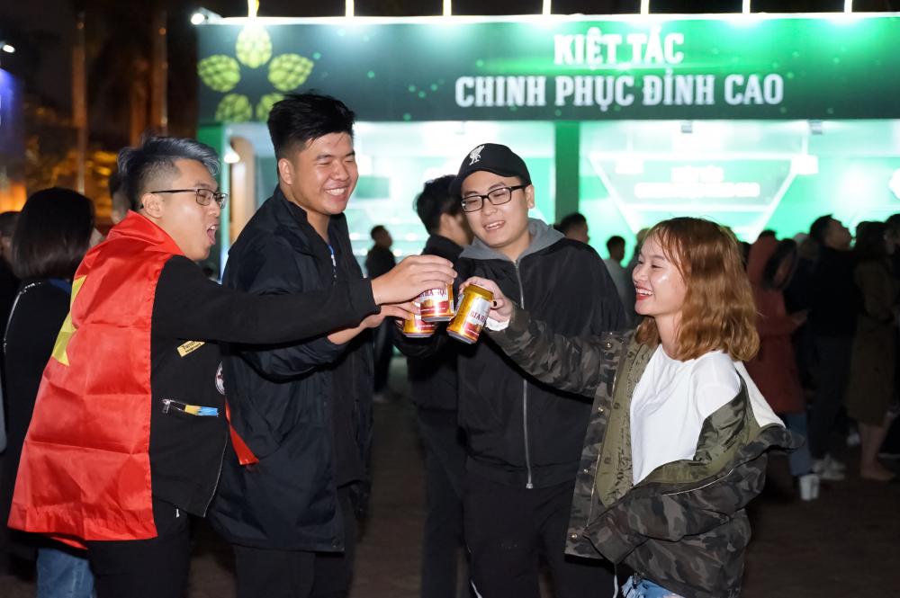 Hàng ngàn du khách tham dự Lễ hội Bia Hà Nội 2019 'cháy' hết mình cùng đội tuyển U22 Việt Nam  - Ảnh 2