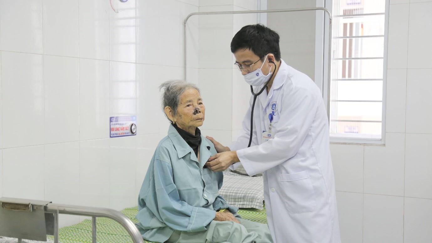 Bệnh viện đa khoa tỉnh Phú Thọ: Cứu sống cụ bà bị nhồi máu cơ tim cao tuổi nhất Việt Nam - Ảnh 2