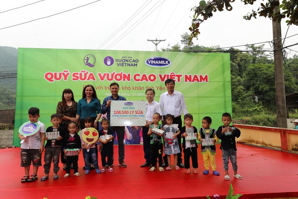 Quỹ sữa Vươn cao Việt Nam và Vinamilk trao tặng 108.500 ly sữa cho trẻ em có hoàn cảnh khó khăn tỉnh Yên Bái - Ảnh 2