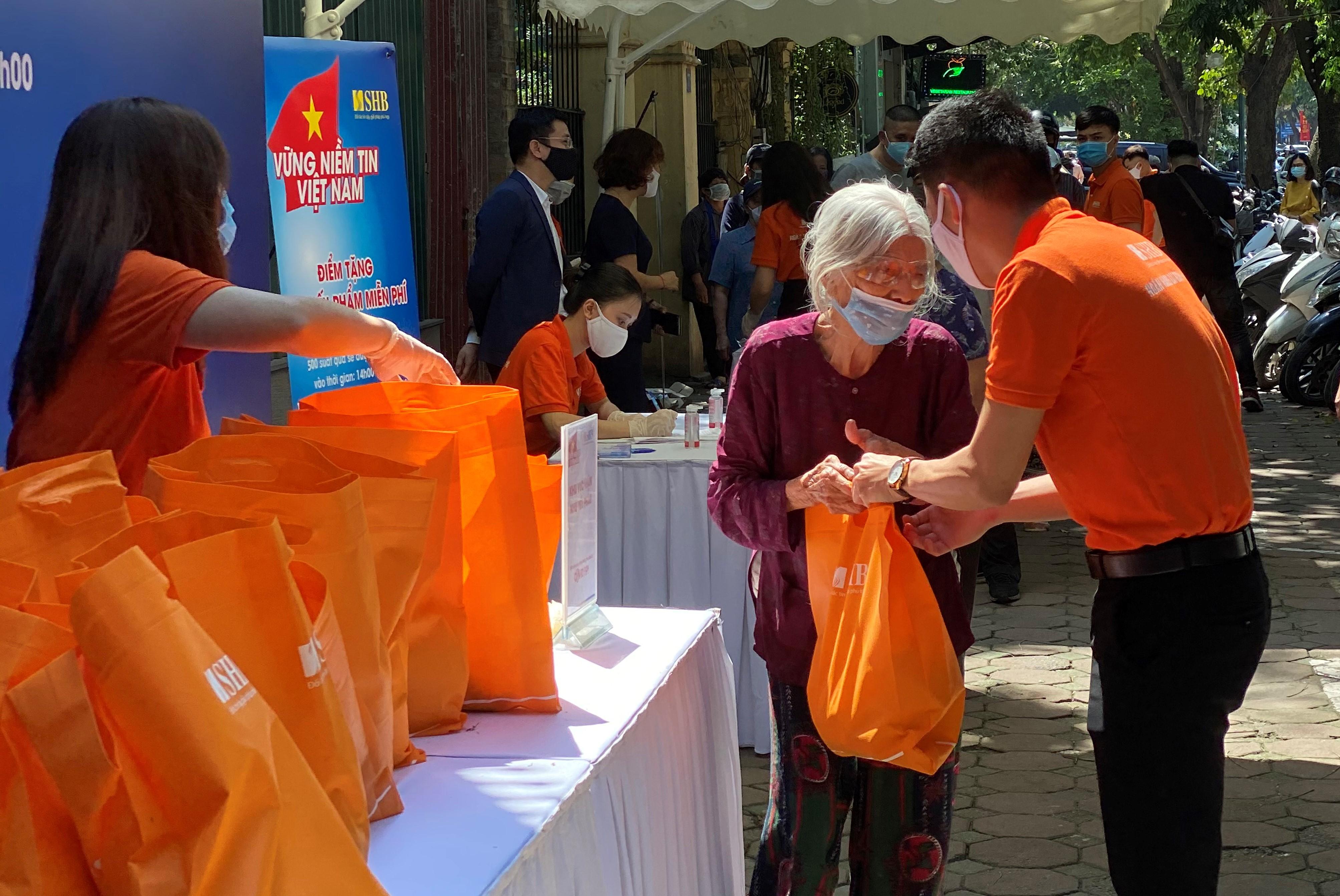 """Chương trình """"Vững niềm tin Việt Nam"""" tặng gần 6.000 suất nhu yếu phẩm cho người dân chịu ảnh hưởng bởi dịch Covid-19  - Ảnh 1"""