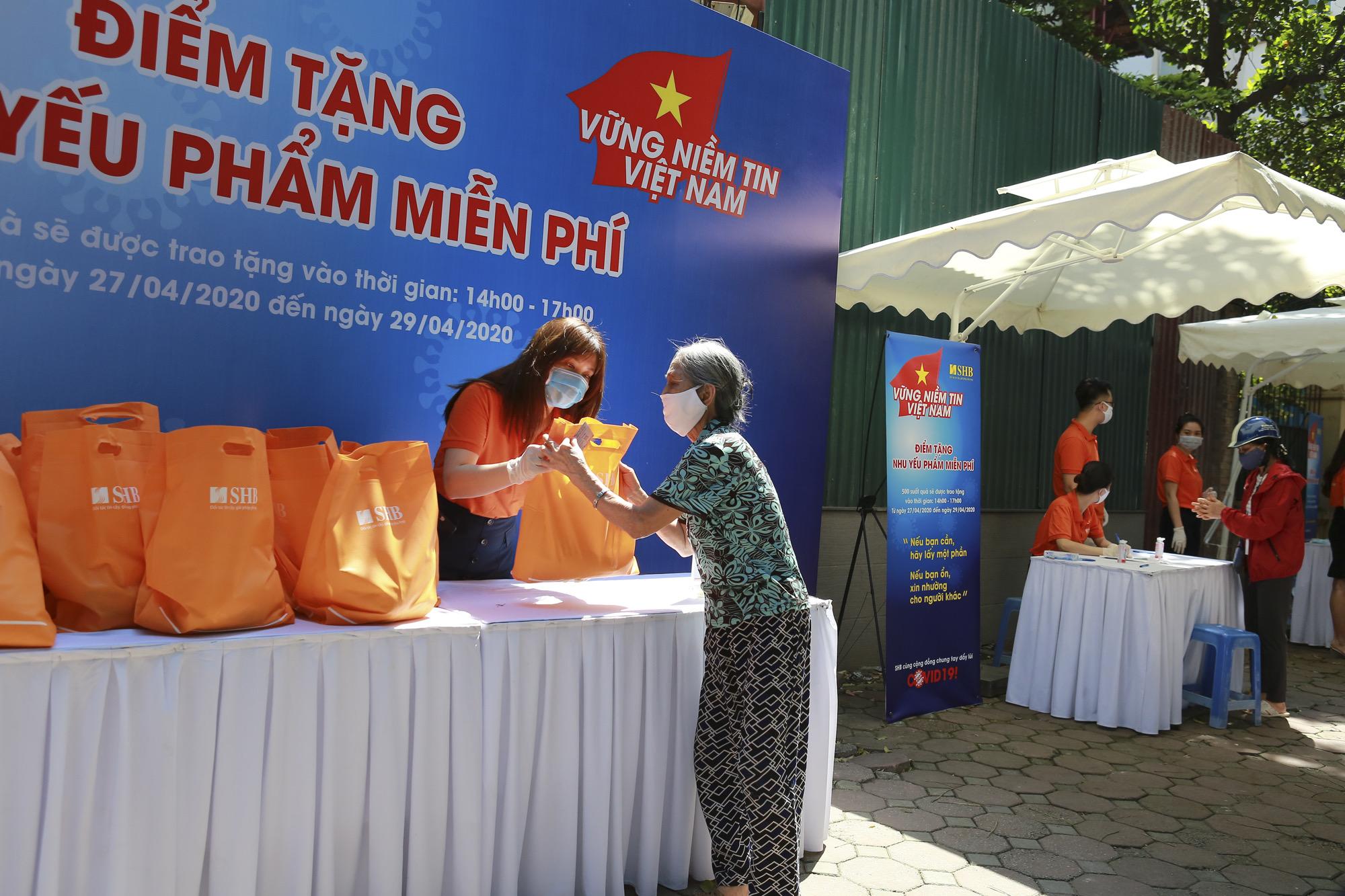 """Chương trình """"Vững niềm tin Việt Nam"""" tặng gần 6.000 suất nhu yếu phẩm cho người dân chịu ảnh hưởng bởi dịch Covid-19  - Ảnh 2"""