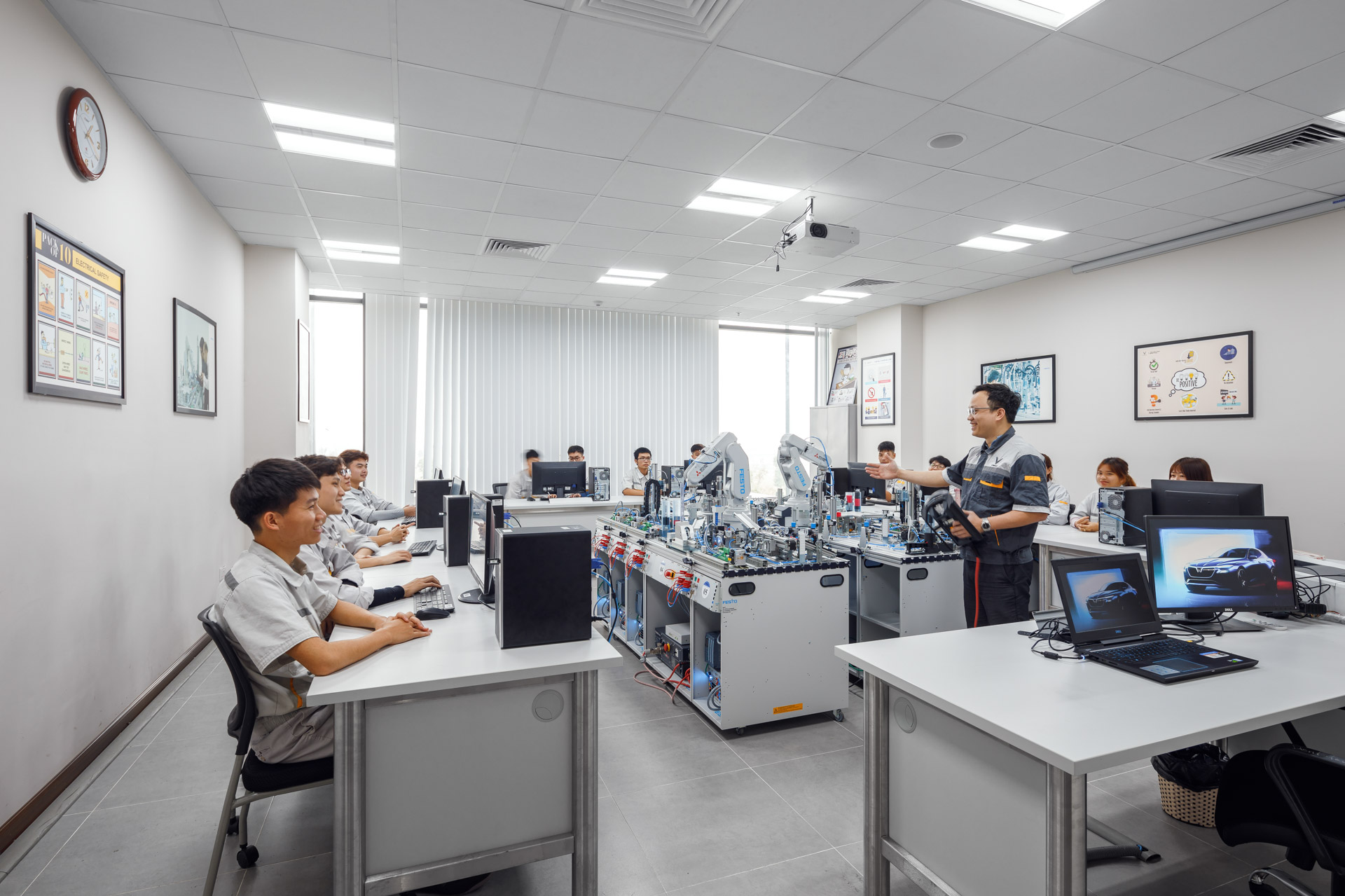 VinFast hợp tác đào tạo cao đẳng chuyên ngành cơ điện tử và kỹ thuật ô tô  - Ảnh 2
