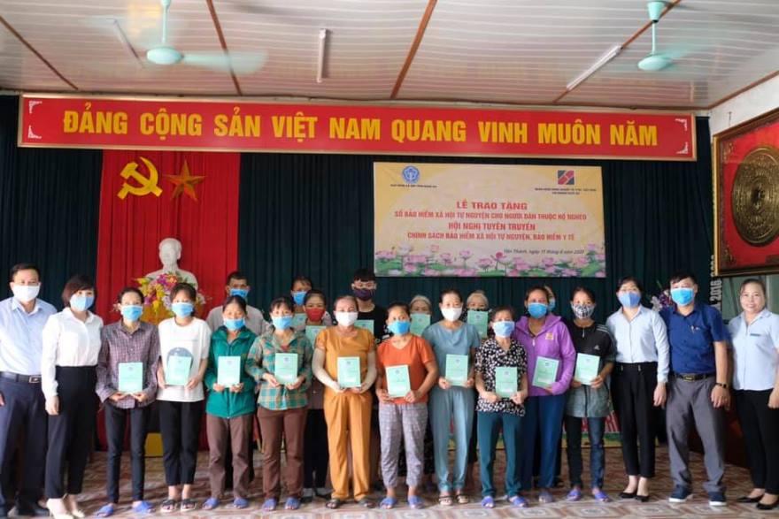 Agribank Nghệ An trao tặng sổ bảo hiểm xã hội tự nguyện cho các hộ gia đình có hoàn cảnh khó khăn  - Ảnh 1