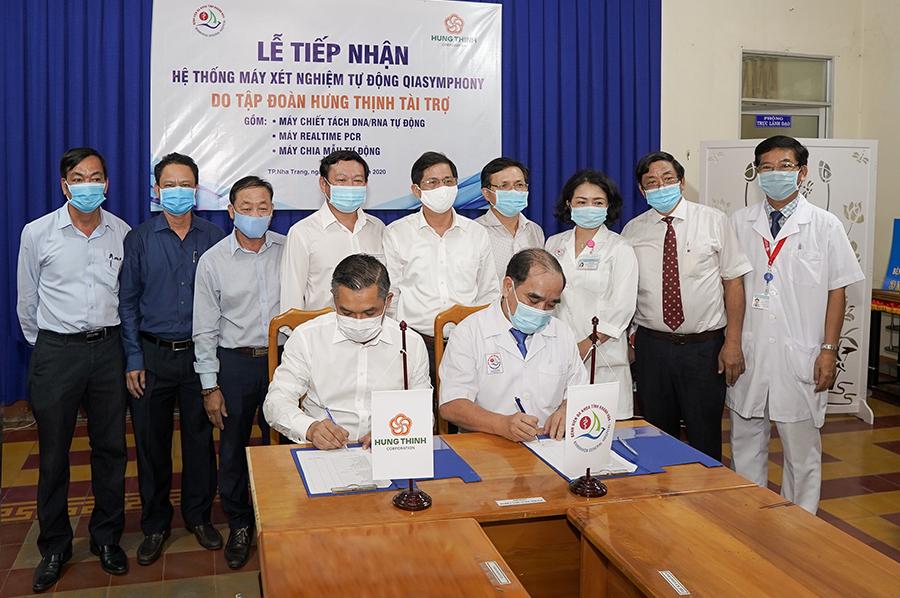 Tập đoàn Hưng Thịnh trao tặng hệ thống máy xét nghiệm tự động QIAsymphony cho Bệnh viện Đa khoa tỉnh Khánh Hòa  - Ảnh 1