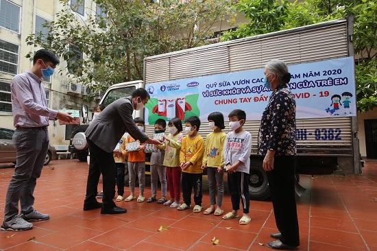 Quỹ sữa vươn cao Việt Nam: Vượt trở ngại Covid để mang 1,7 triệu ly sữa đến trẻ em khó khăn  - Ảnh 1