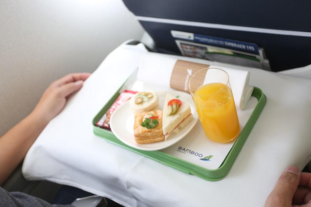 Chủ tịch Bamboo Airways Trịnh Văn Quyết cùng hành khách bay thẳng Hà Nội - Côn Đảo ngày khai trương - Ảnh 6