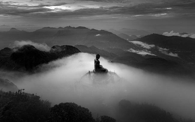 Nhiếp ảnh gia Lê Việt Khánh giành giải thưởng quốc tế với bức ảnh đại tượng Phật trên đỉnh Fansipan - Ảnh 1