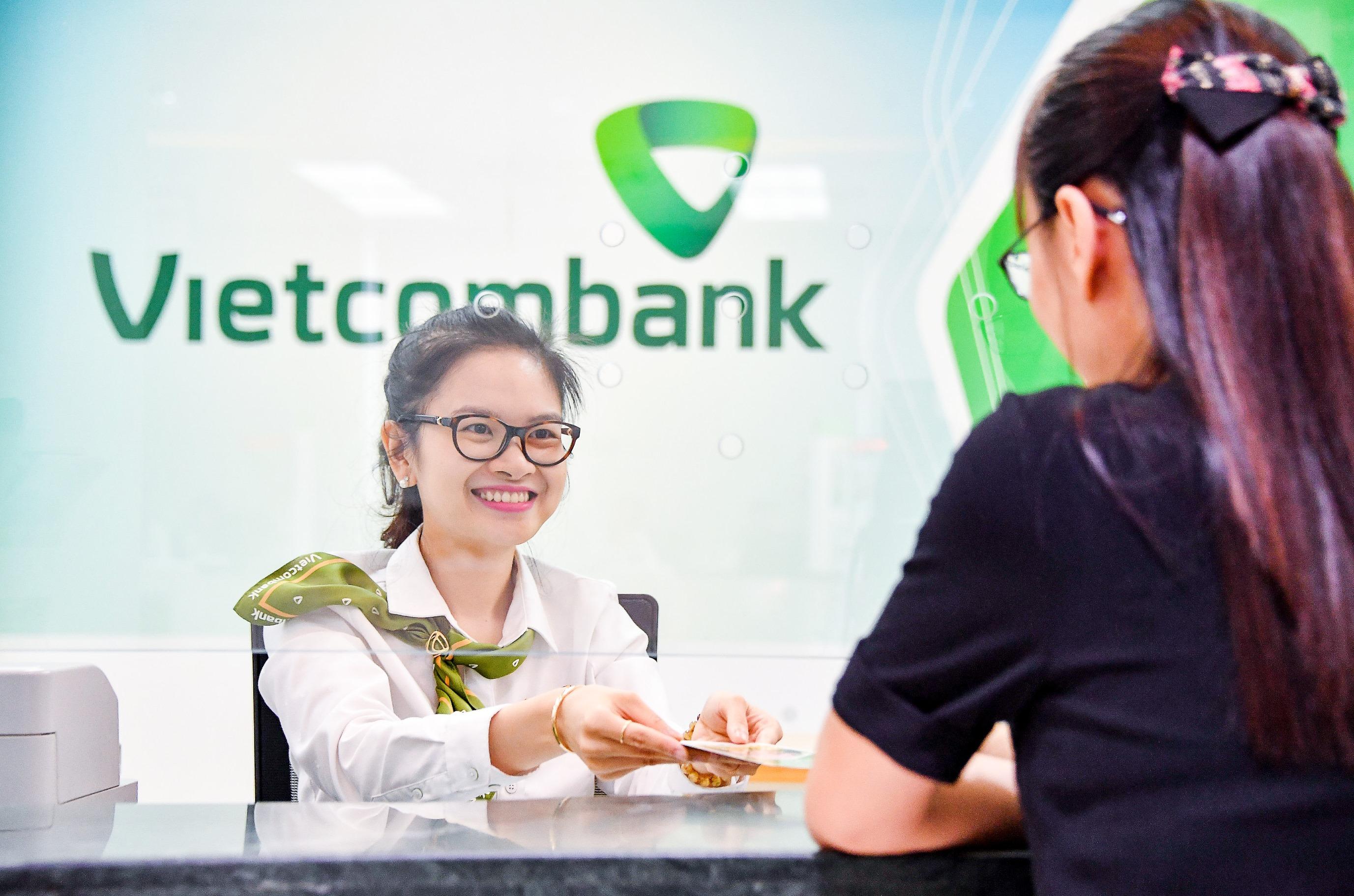 Vietcombank tiếp tục giảm lãi suất tiền vay hỗ trợ khách hàng bị ảnh hưởng bởi đại dịch Covid-19 - Ảnh 1